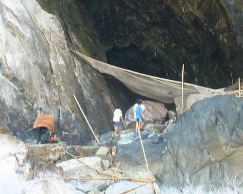 Những người thợ chuẩn bị vào hang khai thác yến. Ảnh: Đ.H
