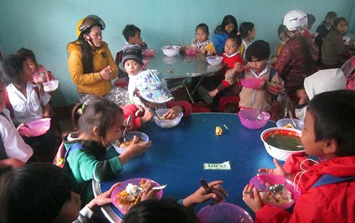 Học sinh khó khăn cấp tiểu học ở Phước Sơn được hỗ trợ bữa ăn trưa từ chương trình SEQAP.Ảnh: Duy Thái