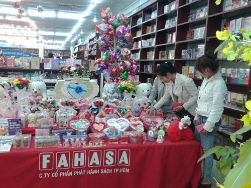 Khách hàng tìm mua quà tặng Valentine tại Fahasa.Ảnh: T.ANH