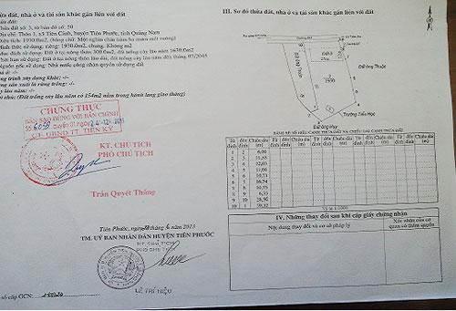 Giấy tờ sổ đỏ UBND huyện Tiên Phước cấp cho hộ ông Hiến.Ảnh: T.P.T