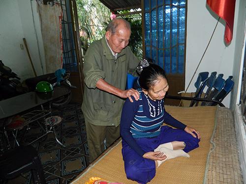 Người dân trong làng vẫn thường đến nhờ ông Thắng bấm huyệt giải mỏi.
