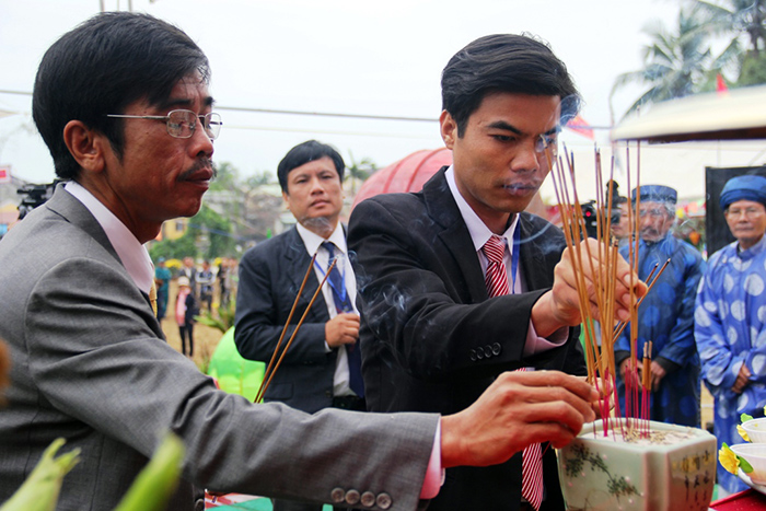 Representatives of local authority give incense sticks at the sacrificed ceremony.
