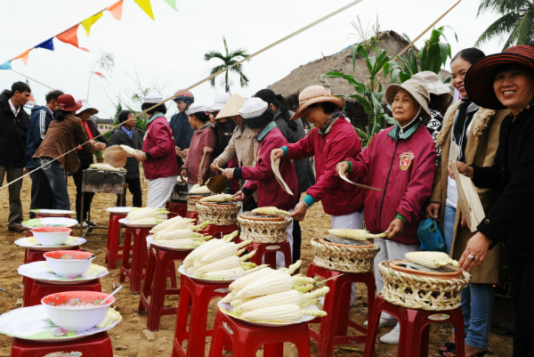 Cam Nam's corn growers invite local and international visitors to enjoy their traditional product.