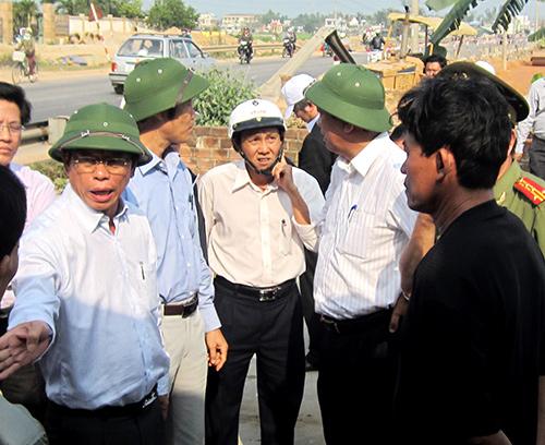 Chủ tịch UBND tỉnh Lê Phước Thanh nói chuyện với các hộ dân có vướng mắc giải phóng mặt bằng mở rộng quốc lộ 1. Ảnh: CÔNG TÚ