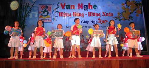 """Một tiết mục trong đêm văn nghệ chủ đề """"mừng Đảng - mừng Xuân"""" gây quỹ khuyến học của trường Tiểu học Trần Quốc Toản (Tam Kỳ).Ảnh: B.LÂM"""