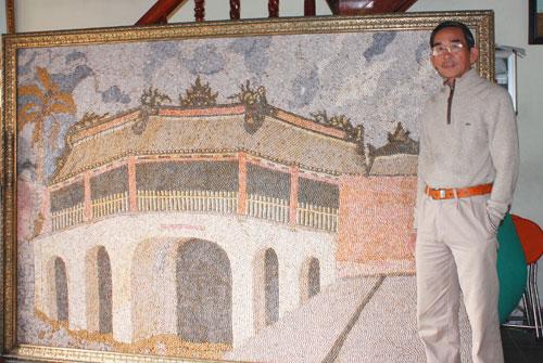 """Ông Lữ Ngọc Năm và tác phẩm """"Chùa Cầu"""" bằng vỏ ốc từng được hỏi mua với giá hơn 40 triệu đồng.Ảnh: Thái Hùng"""