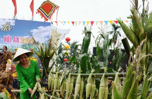 Tái hiện hình ảnh làng nghề tại lễ hội bắp nếp Cẩm Nam. Ảnh: LĂNG HẢI PHƯƠNG