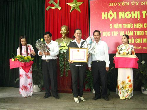 """Huyện ủy Núi Thành khen thưởng tập thể, cá nhân điển hình trong """"Học tập và làm theo tấm gương đạo đức Hồ Chí Minh"""". Ảnh: V.PHIN"""