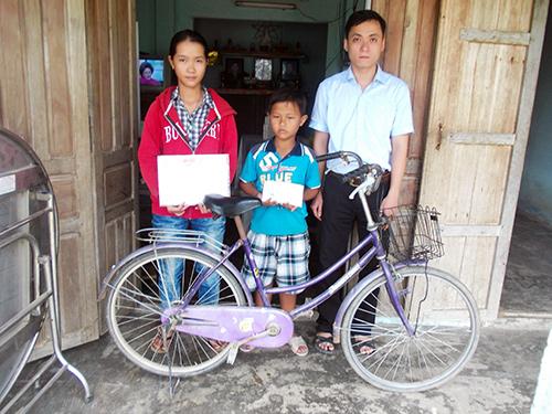 Đại diện Hội Chữ thập đỏ tỉnh tặng quà cho hai chị em Nguyễn Thị Hoa và Nguyễn Văn Phượng. Ảnh: P.C.R