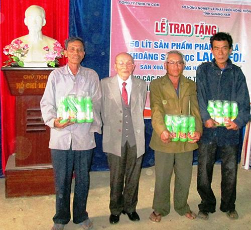 Đại diện Công ty TNHH TH COM tặng sản phẩm phân bón lá cho người dân thôn Lệ Bắc chiều 21.2.