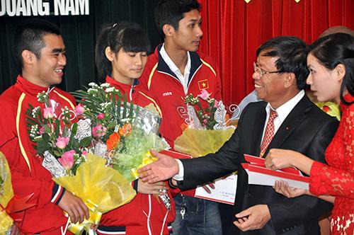 Chủ tịch UBND tỉnh Lê Phước Thanh tặng hoa chúc mừng các VĐV tham gia SEA Games 27 (từ trái sang: Nguyễn Phi Tuấn, Phạm Thị Thu Hiền, Bùi Như Mỹ)
