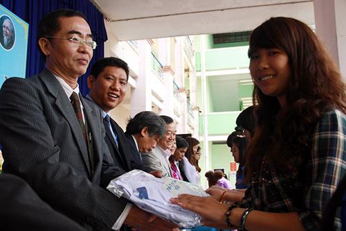 Lãnh đạo nhà trường trao tặng áo Blouse đầu đời cho 426 tân sinh viên Khoa Y – Dược.