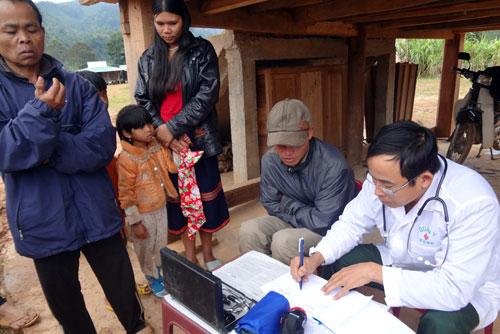 Trạm xá Quân dân y kết hợp khám chữa bệnh miễn phí tại nhà Gươl thôn Kanooh 2.