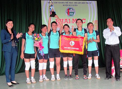 Đội bóng chuyền nữ xã Duy Nghĩa nhận Cúp vô địch.