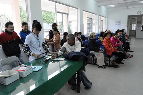 Tham gia bảo hiểm y tế tự nguyện sẽ giảm bớt khó khăn cho người dân khi khám chữa bệnh tại các cơ sở y tế. Ảnh: MINH HẢI