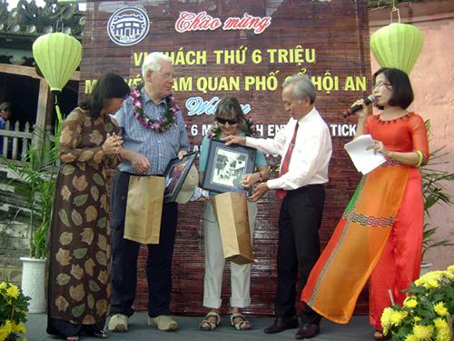 Ông Võ Phùng giám đốc TTVH Hội An bốc thăm và công bố danh sách vị khách tứ 5.999.999 mua vé tham quan phố cổ Hội An.