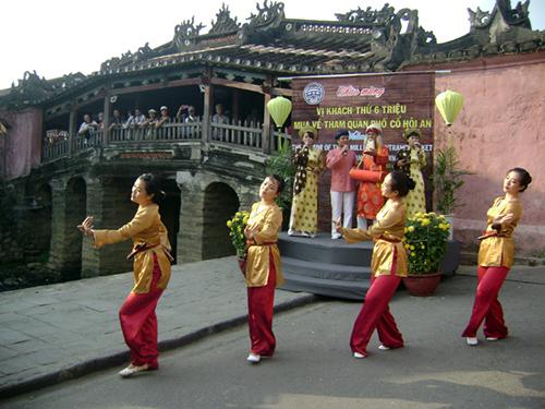 Thành phố Hội An đón đoàn bằng tiết mục văn nghệ hát múa sắc bùa đặc sắc.