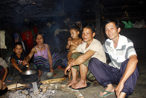 Tác giả (ngoài cùng bên phải) cùng với gia đình Vi Say tại bản Tăng Noong.