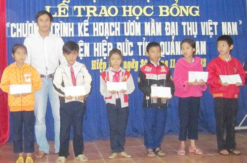 Đại diện Hội khuyến học Hiệp Đức trao phần thưởng cho học sinh xuất sắc.