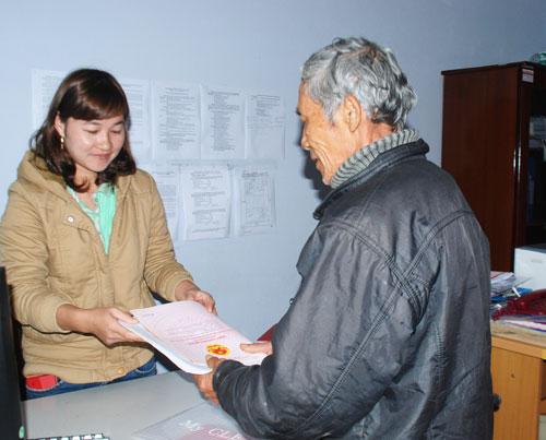 Cán bộ Văn phòng Đăng ký quyền sử dụng đất (Phòng Tài nguyên - môi trường) huyện Tiên Phước tiếp nhận hồ sơ của công dân. Ảnh: Đ.ĐẠO