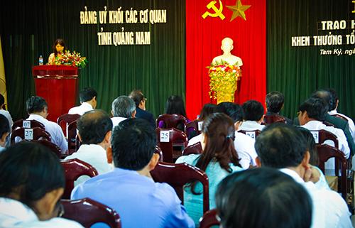 """Đảng ủy Khối các cơ quan tỉnh tổ chức hội nghị tuyên dương khen thưởng tập thể, cá nhân thực hiện tốt việc """"Học tập và làm theo tấm gương đạo đức Hồ Chí Minh"""" năm 2013. Ảnh: PH.GIANG"""