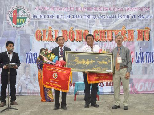Phó Giám đốc Sở VH-TT&DL tặng cờ lưu niệm cho địa phương đăng cai và nhà tài trợ