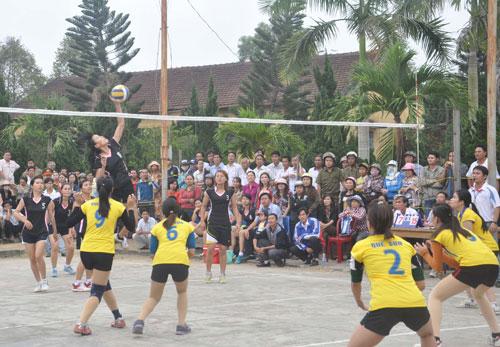 Giải Bóng chuyền nữ tỉnh thu hút khá đông khán giả.
