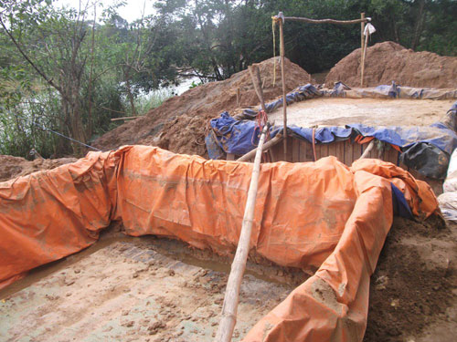 """Các """"lò"""" tuyển quặng bằng hóa chất cyanua dày đặc dọc bờ sông Quế Phương. Ảnh: VĂN HÀO"""