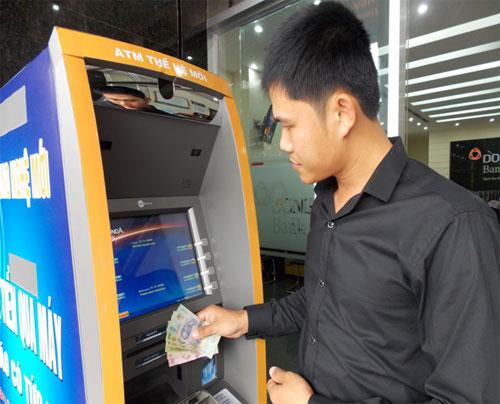 Khách hàng đang giao dịch tại máy ATM thế hệ mới của DongA Bank Quảng Nam.