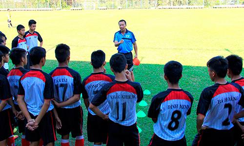 HLV Nguyễn Mạnh Cường đang truyền đạt kinh nghiệm cho các cầu thủ trẻ PVF.
