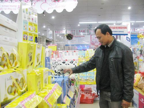 Khách hàng tìm mua quà tặng 8. 3 tại siêu thị Co.opMart Tam Kỳ.Ảnh: T.ANH