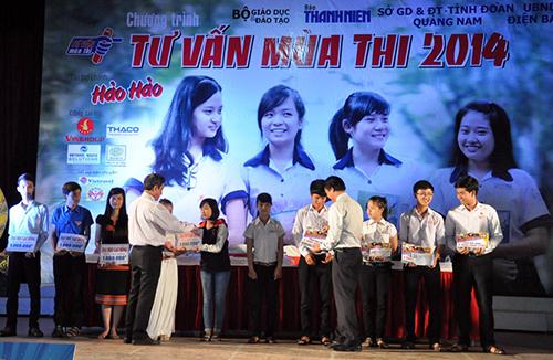 Trường Đại học Lạc Hồng và Đại học Quốc tế Hồng bàng trao học bổng cho học sinh nghèo.