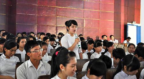 Hàng trăm học sinh đến tham dự chương trình.