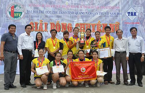 Niềm vui đoạt cúp vô địch của đội Quế Sơn