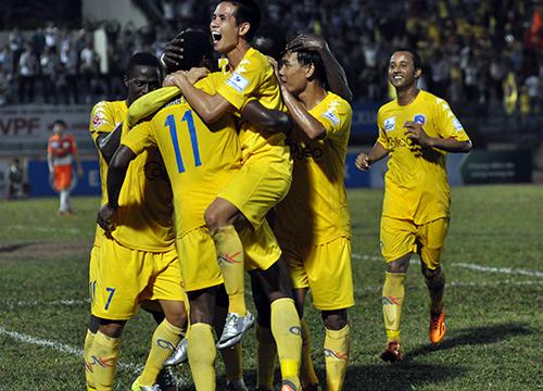 Niềm vui của các cầu thủ QNK Quảng Nam sau khi giành chiến thắng.