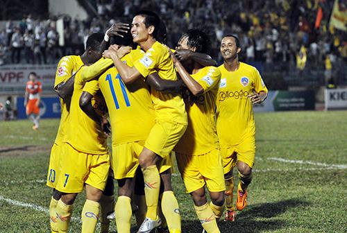 Niềm tin đã trở lại với các cầu thủ QNK Quảng Nam sau chiến thắng thuyết phục XM The Vissai Ninh Bình. Ảnh: TƯỜNG VY