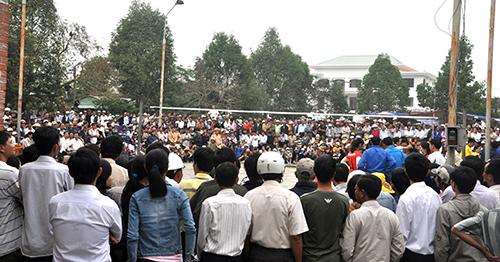 Hàng nghìn khán giả xem giải bóng chuyền nữ tỉnh.