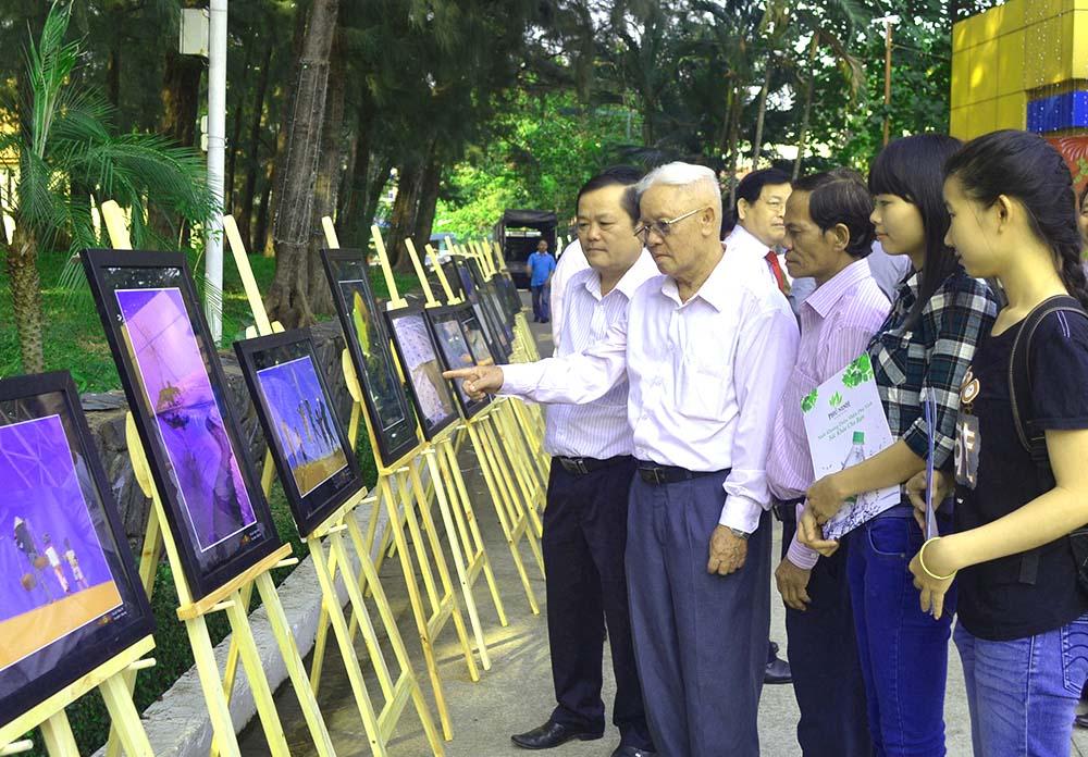 Song hành với buổi gặp mặt là việc trưng bày triển lãm gần 100 hình ảnh về quê hương Quảng Nam - Đà Nẵng trên đường phát triển.