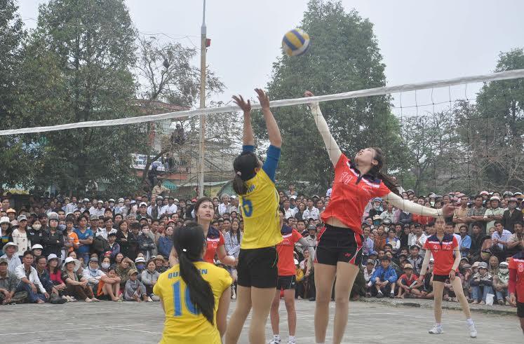 Không còn chỗ chen chân trong sân, khá nhiều khán giả phải trèo lên cây và hàng rào sân Trung tâmVăn  hóa - Thể thao Quế Sơn để có thể chứng kiến rõ hơn chị em thi đấu - hình ảnh thường thấy khi bóng chuyền  nữ tỉnh được tổ chức  tại Quế Sơn