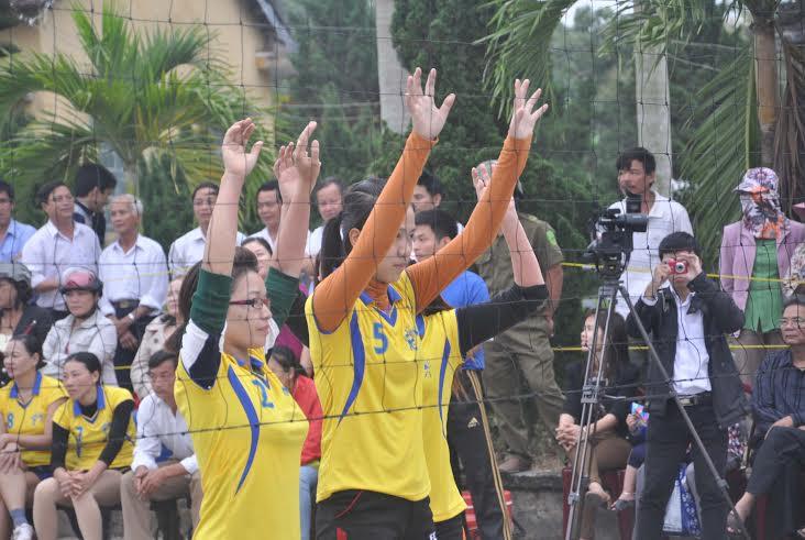 Sẵn sàng khi đồng đội chuẩn bị phát bóng - một động tác thể hiện sự chuyên nghiệp của  các  đội bóng chuyền nữ ở giải năm nay