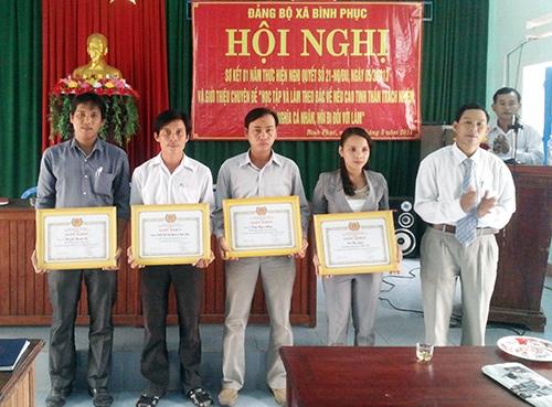 Đảng ủy xã Bình Phục khen thưởng tập thể, cá nhân có thành tích xuất sắc trong công tác phát triển đảng viên. Ảnh: THÀNH CHÂU