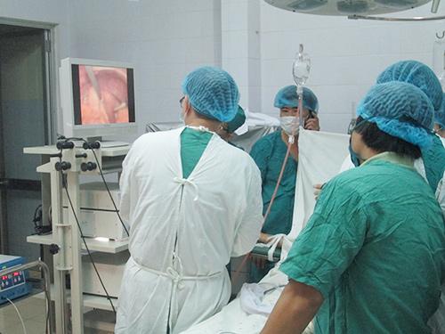 Ca phẫu thuật nội soi đầu tiên của Trung tâm y tế huyện Thăng Bình được tiến hành thành công chiều 11.3.