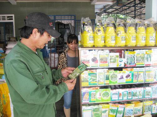 Quá nhiều loại thuốc BVTV khiến người dân lúng túng khi mua và sử dụng.