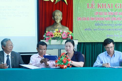 Đại diện hai địa phương ký kết biên bản giao nhận học viên lớp đào tạo tiếng Việt giao tiếp cho cán bộ Lào. Ảnh: Phương Giang