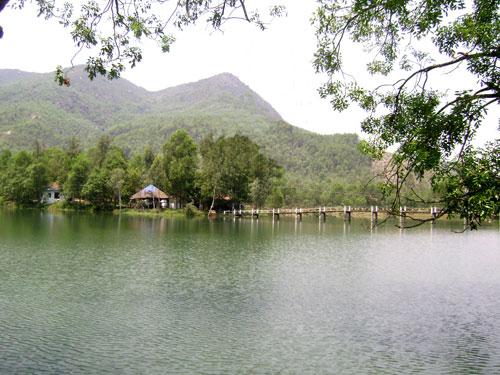 Hồ thủy điện Duy Sơn trong xanh thơ mộng. Ảnh: GIA KHANG