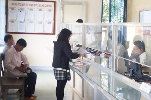 """Quy trình """"3 trong 1"""" trong cải cách hành chính của phường Hòa Hương (Tam Kỳ) đem lại nhiều tiện ích cho nhân dân.Ảnh: M.SƠN"""