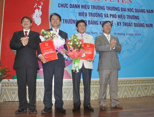 Bí thư Tỉnh ủy Nguyễn Đức Hải và Chủ tịch UBND tỉnh Lê Phước Thanh chúc  mừng 2 vị tân hiệu trưởng vừa được bổ nhiệm.Ảnh: X.P