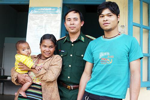 Vợ chồng Khăm Son (bản Ba Lê, huyện Kà Lừm) cùng con gái vui mừng vì đã được các bác sĩ quân y chữa hết bệnh. Ảnh: Quốc Vũ
