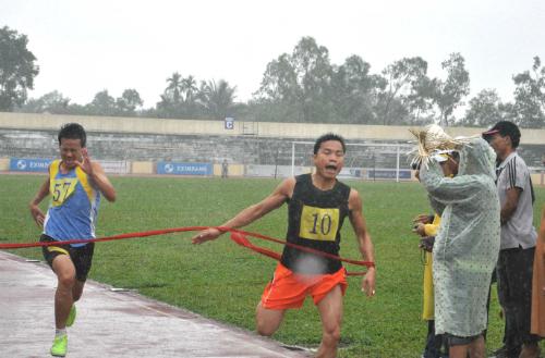 Huỳnh Phi Hải (số đeo 10) giành 2 HCV cho đoàn Tiên Phước ở nội dung 100m và  200m.