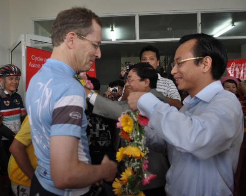 Phó Chủ tịch UBND TP. Đà Nẵng – Nguyễn Xuân An trao vòng hoa cho những cua-rơ về đích.